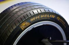 El logo de la francesa Michelin, visto en un neumático de un auto de Fórmula Uno, en Troisdorf, Alemania. 9 de marzo de 2016. La francesa Michelin dijo el lunes que construirá una planta en el centro de México que requerirá una inversión de 510 millones de dólares y producirá inicialmente entre cuatro y cinco millones de neumáticos para autos y camionetas. REUTERS/Wolfgang Rattay