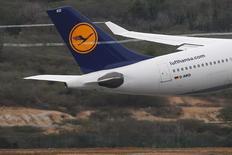 Lufthansa s'attend toujours à dégager un bénéfice d'exploitation légèrement supérieur à 1,8 milliard d'euros cette année malgré les incertitudes provoquées par la décision de la Grande-Bretagne de sortir de l'UE. /Photo d'archives/REUTERS/Carlos Garcia Rawlins