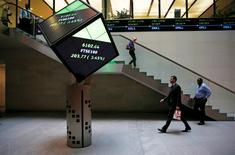 """Personas caminando en el interior de la Bolsa de Valores de Londres, en Londres, Reino Unido. 25 de agosto de 2015. El grupo London Stock Exchange (LSEG) pidió el lunes a sus accionistas que respalden una fusión por 27.000 millones de dólares con Deutsche Boerse, al desestimar el temor a que se estuvieran """"esposando a un cadáver"""" después de que los votantes del Reino Unido decidieron salir de la Unión Europea. REUTERS/Suzanne Plunkett/File photo"""