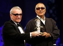 """Imagen de archivo del director de cine iraní Abbas Kiarostami (a la derecha) recibiendo un premio de manos del cineasta estadounidense Martin Scorsese durante la ceremonia de cierre del Quinto Festival Internacional de Cine de Marrakech, Marruecos. 19 de noviembre, 2005. El director Abbas Kiarostami, uno de los máximos exponentes de la """"Nueva Ola"""" del cine iraní que se caracterizó por contar historias personales de gente común, falleció el lunes en París  a los 76 años por complicaciones relacionadas con un cáncer. REUTERS/Andrea Comas/Fotografía de archivo"""