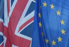 La confianza de las compañías británicas cayó con fuerza luego de que Reino Unido optó por salir de la Unión Europea, mostró el martes un sondeo, reforzando la opinión de que la economía podría dirigirse hacia un período difícil después de la histórica decisión. En la imagen, una bandera de la Unión Europea junto a una del Reino Unido, en Westminster, Londres, el 24 de junio de 2016. REUTERS/Toby Melville