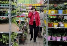 Женщина в магазине OBI в Подмосковье. 6 апреля 2016 года. Восстановление деловой активности в секторе услуг России ускорилось в июне, свидетельствуют результаты опроса, проведенного Markit. REUTERS/Maxim Shemetov