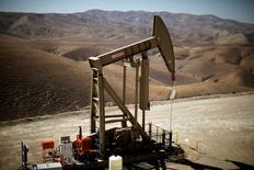 Нефтяной станок-качалка на месторождении Monterey Shale в Калифорнии. 29 апреля 2013 года. Цены на нефть упали в начале торгов вторника, при этом стоимость Brent опустилась ниже отметки $50 за баррель, в то время как в центре внимания участников рынка снова оказались опасения за мировую экономику, и многие аналитики ожидают замедления спроса на черное золото позднее в этом году. REUTERS/Lucy Nicholson/File Photo