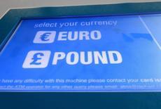 La libra marcaba el martes un nuevo mínimo de 31 años frente al dólar en unos mercados que huían del riesgo por la preocupación de los inversores sobre los efectos económicos y financieros de la decisión de los británicos de abandonar la UE. En la imagen, una pantalla muestra los dos tipos de divisas disponibles en un cajero automático de la red de ATM, situado en el centro de Londres, el 30 de junio de 2016. REUTERS/Russell Boyce
