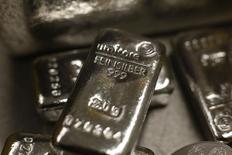 Слитки серебра в хранилище ProAurum в Мюнхене. Стоимость золота опустилась ниже $1.350 за тройскую унцию во вторник после того, как ралли предыдущего дня к недавнему двухлетнему пику сошло на нет, хотя цены поддержало сохранение неопределенности из-за решения Британии о выходе из Евросоюза.  REUTERS/Michael Dalder