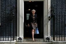 La ministra del Interior británica, Theresa May, saliendo de 10 Downing Street tras una reunión de gabinete en Londres, Reino Unido. 5 de julio de 2016. El gobernante Partido Conservador de Reino Unido inició el martes el proceso para elegir un nuevo líder que reemplace a David Cameron como primer ministro, una carrera en la que las principales candidatas son la ministra del Interior, Theresa May, y la titular de Energía, Andrea Leadsom. REUTERS/Peter Nicholls