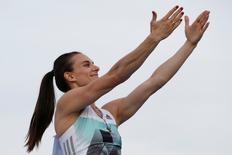 Yelena Isinbayeva acena durante competição em Cheboksary, na Rússia. 21/6/16.  REUTERS/Sergei Karpukhin