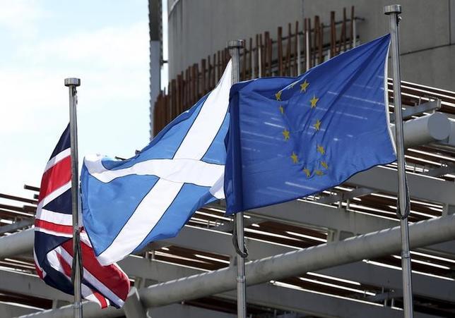 7月3日、英国が国民投票でEU離脱を選択したにもかかわらず、北部スコットランドは連合王国(UK)を解体せずに、何とか実質的にEUに残りたがっている。その願いはかなうのだろうか。写真は右からEU旗、スコットランド旗、英国旗。エディンバラで1日撮影(2016年 ロイター/Scott Heppell)