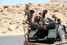 Солдаты проправительственных сил близ Саны 3 февраля 2016 года. По меньшей мере шесть йеменских военнослужащих и около 20 боевиков погибли в результате нападения на военную базу недалеко от международного аэропорта в Адене на юге Йемена, сказали источники в службах безопасности страны. REUTERS/Ali Owidha
