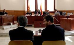 Lionel Messi e seu pai, Jorge, durante julgamento em Barcelona.    02/06/2016      REUTERS/Alberto Estevez/Pool/Files