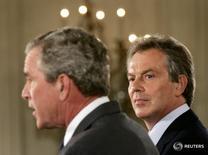 Президент США Джорд Буш-младший (слева) и премьер-министр Великобритании Тони Блэр на совместной пресс-конференции в Белом доме в Вашингтоне 7 июня 2005 года. Бывший премьер-министр Великобритании Тони Блэр сказал, что возьмёт на себя полную ответственность за провалы кампании при подготовке к вторжению в Ирак, когда будет отвечать на вопросы специальной комиссии по Ираку в среду. REUTERS/Jason Reed/File Photo
