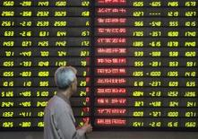 Un inversor mira un tablero electrónico que muestra información bursátil en una correduría en Nanjing, China. 9 de mayo de 2016. Las acciones chinas tuvieron dificultades para avanzar el miércoles luego de que el yuan tocó un nuevo mínimo en cinco años y medio y por un aumento en la aversión al riesgo en medio de las preocupaciones sobre la decisión de Reino Unido de abandonar la Unión Europea. China Daily/via REUTERS