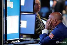 Трейдер на торгах Нью-Йоркской фондовой биржи 5 июля 2016 года. Фондовые индексы США снижаются второй день подряд в среду, поскольку опасения, связанные с решением Великобритании выйти из состава Европейского союза, вернулись на рынки на фоне признаков замедления темпов роста мировой экономики.  REUTERS/Lucas Jackson