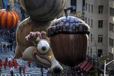 """Balão representando o esquilo Scrat, da série de filmes """"A Era do Gelo"""", durante desfile em Nova York 26/11/.2015 REUTERS/Carlo Allegri"""