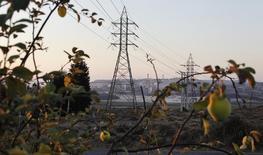 Torres de alta tensión en la ciudad de Puchuncavi en Chile. 21 de febrero de 2015. El Congreso chileno aprobó el miércoles un nuevo marco para el transporte de energía en el país, con el que apunta a un mercado más competitivo y con menores precios de las tarifas eléctrica, en el mayor cambio regulatorio del sector desde la década de 1980. REUTERS/Rodrigo Garrido