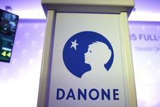 Логотип Danone  на пресс-конференции в Париже. Французская компания Danone SA сообщила в четверг, что приобретёт американского производителя продуктов питания WhiteWave Foods Co за $12,5 миллиарда.  REUTERS/Charles Platiau
