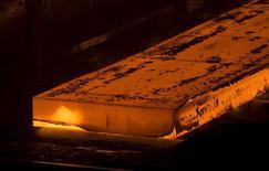 Раскаленная металлическая заготовка в обработке  на заводе НЛМК в Липецке. Европейская комиссия начала расследование импорта горячекатаной стали из России, Ирана, Бразилии, Сербии и Украины, получив жалобу местного лобби Eurofer, говорится в официальном журнале ЕС.  REUTERS/Maxim Shemetov