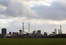 La producción industrial alemana bajó inesperadamente en mayo, registrando su mayor caída mensual desde agosto en 2014, mostraron datos el jueves, sugiriendo que la principal economía europea perdió fuelle en el segundo trimestre tras un sorprendente fuerte inicio del año. En la imagen de archivo, una panorámica de una fábrica de Salzgitter Flachstahl GmbH, productora de acero, en Salzgitter, el 11 de marzo de 2009.REUTERS/Christian Charisius