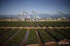 Станки-качалки в Окснарде, Калифорния 24 февраля 2015 года. Цены на нефть вернулись на отрицательную территорию в четверг после выхода данных о сокращении запасов в США за прошедшую неделю, практически совпавших с прогнозами аналитиков и разочаровавших инвесторов, которые ждали более значительного снижения. REUTERS/Lucy Nicholson