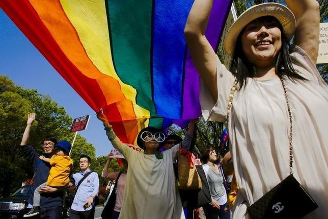 7月7日、同性愛者であることを公表している石坂わたる氏(39)が2007年、東京都中野区議会選挙に無所属で立候補したとき、人々は彼の選挙演説を聞いて冷笑した。写真は、LGBTなどのセクシュアル・マイノリティーの理解を呼びかける祭典「東京レインボープライド2016」で行進する人々。4月撮影(2016年 ロイター/Thomas Peter)