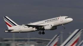 Air France-KLM fait état vendredi d'un trafic passagers en baisse de 2,1% mois de juin, en raison de la grève des pilotes dont l'impact sur le résultat d'exploitation du groupe est estimé à 40 millions d'euros par la compagnie aérienne. /Photo d'archives/REUTERS/Christian Hartmann