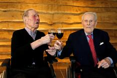 Les plus vieux jumeaux du monde, Paulus (à gauche) et Pieter Langerock, ont fêté leurs 103 ans vendredi dans leur maison de retraite près de Gand. Les deux frères, qui ont vécu presque toute leur vie ensemble, doivent encore attendre deux ans pour battre le record de longévité (105 ans) des jumeaux américains Glen et Dale Moyer. /Photo prise le 4 juillet 2016/REUTERS/François Lenoir