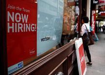 Объявление о найме сотрудников на магазине Verizon в Нью-Йорке. Число рабочих мест в США резко выросло в июне за счет увеличения занятости в производстве, подкрепляя мнение о том, что восстановление экономики набирает скорость после паузы в первом квартале, однако медленный рост заработных плат, вероятно, заставит ФРС сохранить осторожный подход к повышению процентных ставок. REUTERS/Brendan McDermid/File Photo