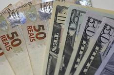 Notas de real e dólar são exibidas em casa de câmbio do Rio de Janeiro, em foto ilustrativa 10/09/2015 REUTERS/Ricardo Moraes