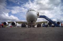 Les incertitudes sur la croissance économique mondiale et la faiblesse de la demande en très gros porteurs jettent une ombre sur les perspectives de l'aéronautique, à l'occasion du salon de Farnborough, qui ouvrira ses portes lundi en Angleterre. Selon des analystes, l'attrait pour de nouveaux avions plus performants risque d'entamer la demande pour les Airbus A330 et A380 et les Boeing 777 et 747-8. /Photo d'archives/REUTERS/Kieran Doherty