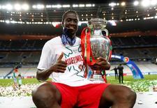 Atacante português Éder segurando troféu após conquista da Euro 2016, na França.   10/07/2016 REUTERS/Kai Pfaffenbach Livepic