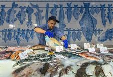Los precios al consumidor alemanes, armonizados para compararlos con los de otros países europeos, crecieron en junio un 0,2 por ciento interanual y un 0,1 por ciento mensual, dijo el martes la Oficina Federal de Estadísticas, confirmando las estimaciones preliminares. En la imagen, un pescadero en una pescadería de Berlín, el 13 de febrero de 2014. REUTERS/Thomas Peter