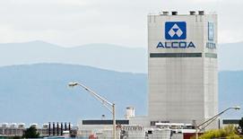 Алюминиевый завод Alcoa в городе Алкоа в штате Теннесси. 8 апреля 2014 года. Алюминиевый гигант Alcoa Inc в понедельник сообщил о снижении чистой прибыли из-за падения цен на алюминий и глинозем, а также замедления производства перед готовящимся выводом плавильного бизнеса в отдельную компанию в конце этого года. REUTERS/Wade Payne/File Photo