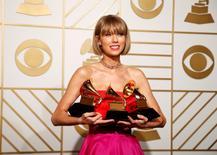 """Taylor Swift posa con sus premios durante la ceremonia de la edición 58 de los Premios Grammy en Los Ángeles, California, 15 de febrero, 2016.  La cantante Taylor Swift se convirtió en la famosa con más ingresos de la lista de Forbes en el último año, que reúne las 100 celebridades mejor pagadas del mundo, ganando 170 millones de dólares, principalmente gracias a su gira mundial """"1989"""". REUTERS/Lucy Nicholson"""