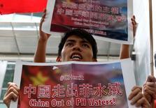 Демонстратор выкрикивает лозунги на акции протеста против притязаний Китая на Южно-Китайское море. Манила, 11 июля 2016 года. Арбитражный суд постановил во вторник, что у Китая нет исторических прав на акваторию Южно-Китайского моря и что своими действиями там он нарушил суверенные права Филиппин.  REUTERS/Erik De Castro