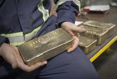 Рабочий держит брусок золотого сплава на месторождении Кумтор. ВВП Киргизии в первом полугодии 2016 года сократился на 2,3 процента в годовом исчислении после роста на 6,8 процента в тот же период 2015 года, сообщил Нацстат во вторник, объяснив снижением добычи золота. REUTERS/Shamil Zhumatov