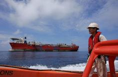 Рабочий движется на скоростном боте в районе нефтместорождения Луфен в 250 километрах к юго-востоку от Гонконга в Южно-Китайском море 23 мая 2006 года. Мировые нефтяные и фрахтовые биржи нервно отреагировали на решение суда в Гааге, который постановил во вторник, что у Китая нет исторических прав на Южно-Китайское море, место схождения ключевых торговых путей и геополитических интересов. REUTERS/Bobby Yip