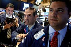 Operadores trabajando en la Bolsa de Nueva York, Estados Unidos. 12 de julio de 2016. Las acciones de Estados Unidos están operando en máximos históricos, pero no registrarían un repunte mucho mayor este año, según estrategas consultados en un sondeo de Reuters, quienes anticiparon una difícil segunda mitad de año. REUTERS/Brendan McDermid