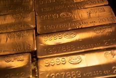 24-каратные золотые слитки в Нью-Йорке. Золото дешевеет второй день подряд во вторник, так как мировые фондовые рынки воспряли благодаря ослаблению политической неопределенности в Великобритании и в надежде на усиление экономического стимулирования, что, в свою очередь, привело к снижению спроса на активы-убежища.   REUTERS/Shannon Stapleton/File Phot