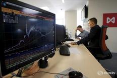 Трейдеры на фондовой бирже Москвы.  Российские фондовые индексы выросли во вторник третью сессию подряд, постепенно приближаясь к максимумам этого года на фоне захлестнувшего глобальные рынки спроса на риск в ожидании стимулирующех мер от ведущих центробанков и отскока нефтяных цен с двухмесячных минимумов. REUTERS/Sergei Karpukhin