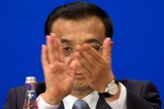 El primer ministro chino, Li Keqiang, dijo el miércoles a funcionarios de la Unión Europea que su país está comprometido con las reformas de mercado y sigue decidido a enfrentar un exceso de capacidad en su industria del acero que ha agudizado la tensión entre ambas partes. En la imagen, Li durante una cumbre con la UE en Pekín, el miércoles 13 de julio de 2016. REUTERS/Ng Han Guan/Pool