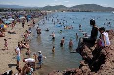 Отдыхающие на общественном пляже в провинции Балыкесир в Турции 7 июля 2016 года. Представители ряда министерств России и Турции встретятся в Москве в четверг, чтобы обсудить возобновление чартерных рейсов между двумя странами и безопасность туризма, сообщил в среду турецкий МИД. REUTERS/Murad Sezer