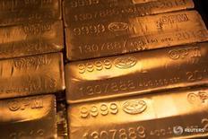 Слитки золота на заводе  United States West Point Mint в Вест-Пойнт 5 июня 2013 года. Золото дорожает в среду, восстановившись с минимума почти двух недель, так как перспективы дальнейшего экономического стимулирования привели к росту активности инвесторов на фоне стабильного доллара. REUTERS/Shannon Stapleton/File Photo
