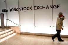 Трейдер входит в здание Нью-Йоркской фондовой биржи 12 июля 2016 года. Фондовые индексы США коснулись новых внутридневных максимумов при открытии торгов в среду, но затем несколько скорректировались вниз, поскольку инвесторы взяли передышку после трехдневного рекордного ралли, подогретого надеждами на стабилизацию мировой экономики. REUTERS/Brendan McDermid