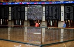 El Ibex-35 de la bolsa española cerró la sesión del miércoles en rojo a pesar del buen comportamiento de las entidades bancarias más expuestas a las cláusulas suelo, al avalar un asesor del tribunal de la UE limitar temporalmente la devolución del dinero a los consumidores.  En la imagen, el interior de la Bolsa de Madrid, el 24 de junio de 2016.  REUTERS/Andrea Comas