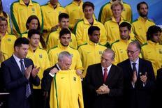 Presidente interino Michel Temer recebe agasalho do Time Brasil em cerimônia com atletas no Palácio do Planalto. 13/07/2016 REUTERS/Ueslei Marcelino
