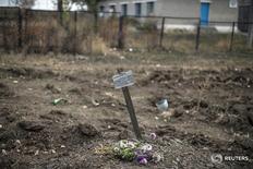 Могила, в которой, судя по табличке, находятся пять тел, на территории, контролируемой пророссийскими сепаратистами в Нижней Крынке 23 сентября 2014 года. Убийства с обеих сторон фронта на востоке Украины практически не расследуются, что создает опасную атмосферу безнаказанности в зоне конфликта с пророссийскими сепаратистами, унесшего за два года более 9.400 жизней, заявила ООН. REUTERS/Marko Djurica