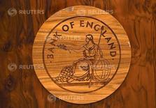 Un logo de madera del Banco de Inglaterra es visto durante una rueda de prensa en la entidad en Londres, Gran Bretaña, el 5 de julio de 2016. El Banco de Inglaterra mantuvo estables las tasas de interés en su reunión de política monetaria del jueves. REUTERS/Dylan Martinez/