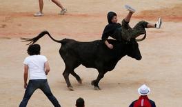 Homem sendo arremessado por touro durante Festival de São Firmino, em Pamplona.    14/07/2016      REUTERS/Susana Vera