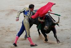 Spanish bullfighter Eduardo Davila Miura performs a pass to a bull during the last bullfight at the San Fermin Festival in Pamplona, northern Spain, July 14, 2016. REUTERS/Susana Vera