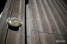 El emblema del Banco Central de Chile es visto en la puerta principal de su edificio en Santiago, 7 de noviembre de 2014. El Banco Central de Chile dejó estable el jueves la tasa de interés referencial en 3,50 por ciento, como esperaba el mercado, en medio de una gradual moderación de la inflación y un bajo desempeño de la actividad doméstica. REUTERS/Ivan Alvarado/File Photo